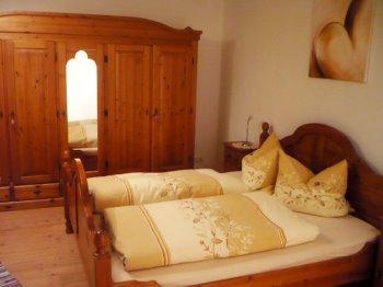 Schlafzimmer der Amberg Ferienwohnung in der Oberpfalz